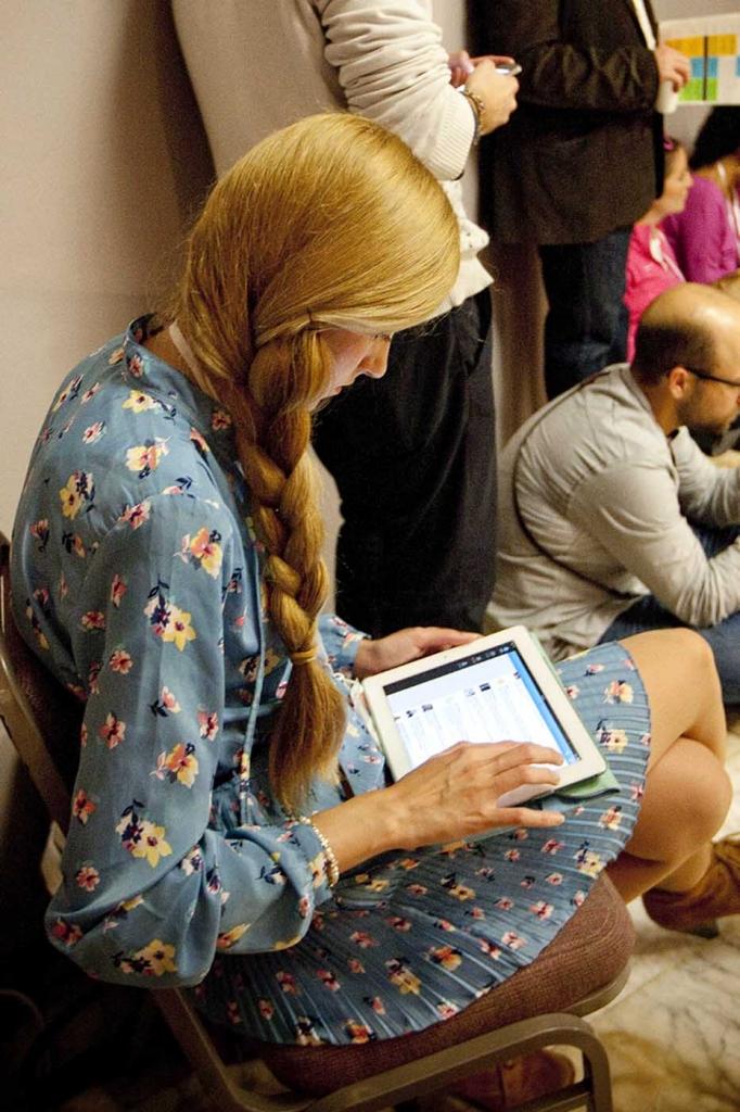 Una usuaria de redes sociales consulta Twitter a través de su tableta | Foto: Marga Ferrer